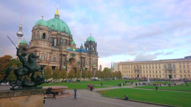 berlin, deutschland - 3.10.2019: die Bronzeskulptur des Löwenkämpfers mit Blick auf den Lustgarten und den historischen Dom am 3.10.2019 in berlin