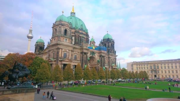 BERLIN, DEUTSCHLAND - 3. OKTOBER 2019: Der saftig grüne Rasen des Lustgartenparks vor dem malerischen Barockdom mit kunstvoll geschnitzten Dekorationen, am 3. Oktober in Berlin