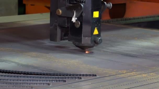 Laserové řezání kovu na CNC stroji