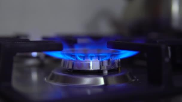 Der Gasbrenner schaltet sich in Großaufnahme ab. Der Herd wird mit Gas betrieben. Die Flamme ist blau.