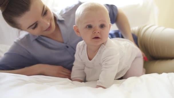 Dítě s matkou v ložnici