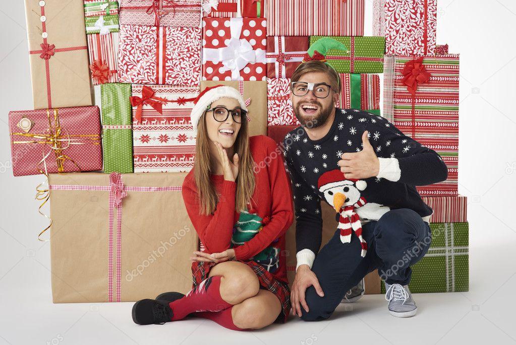 lustige paar mit Weihnachtsgeschenke — Stockfoto © gpointstudio ...
