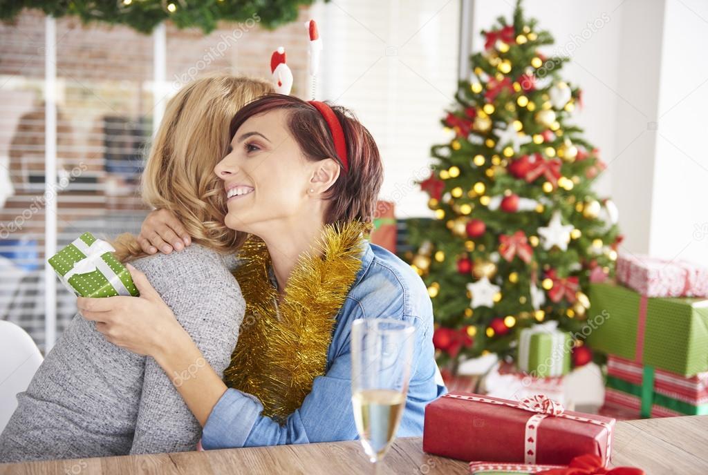 Austausch von Weihnachtsgeschenke von zwei jungen Frauen — Stockfoto ...