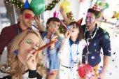 Mladí lidé slaví Nový rok