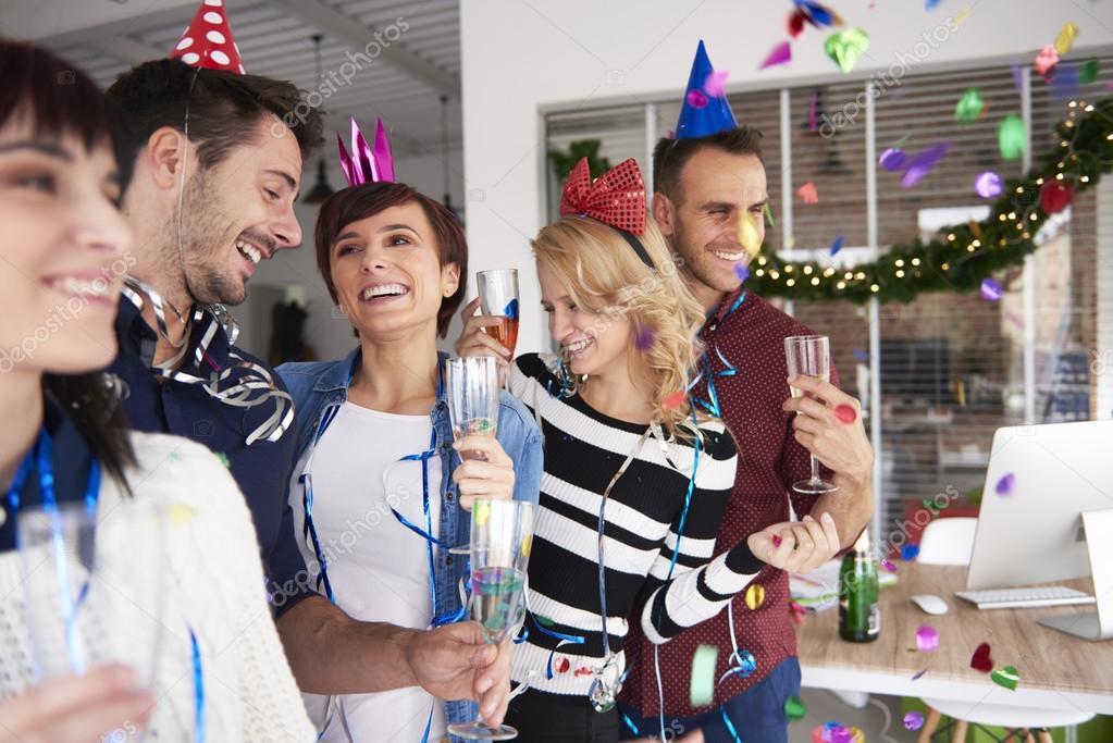 Картинка как люди празднуют новый год