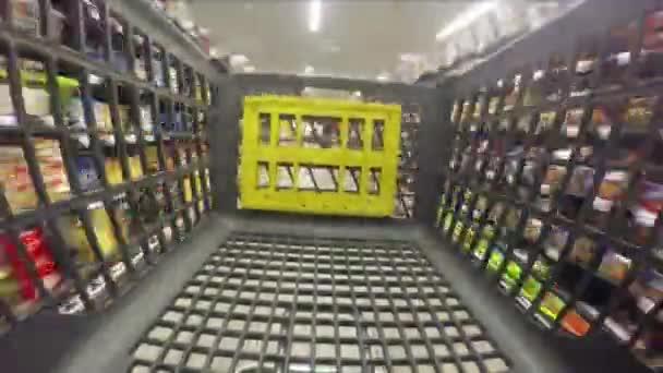 tlačení nákupního košíku v supermarketu
