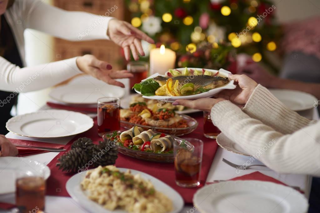Weihnachtsessen Karpfen.Passanten Platte Mit Weihnachten Karpfen Stockfoto Gpointstudio