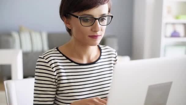 Számítógépes dolgozó nő