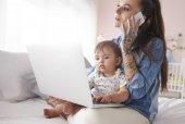 Fotografie Freelancer-Mama mit Baby