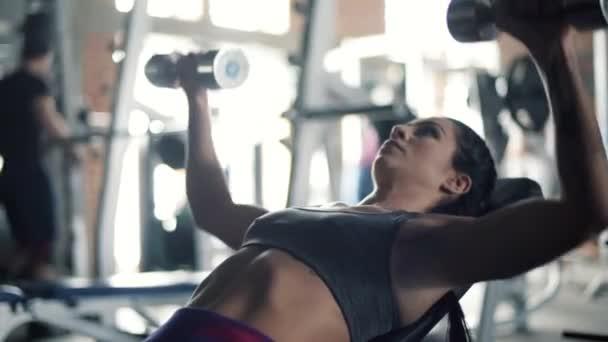 žena tréninků v tělocvičně