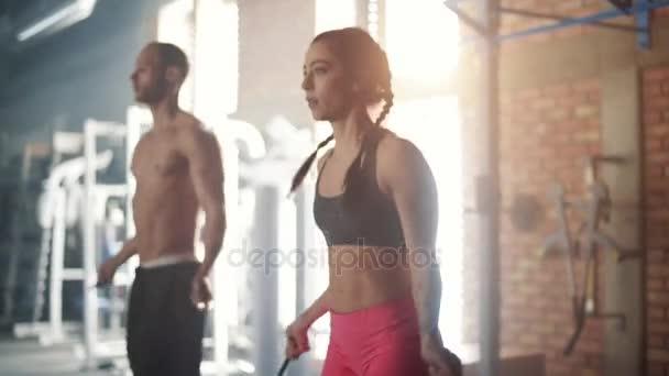 muž a žena trénink s švihadla