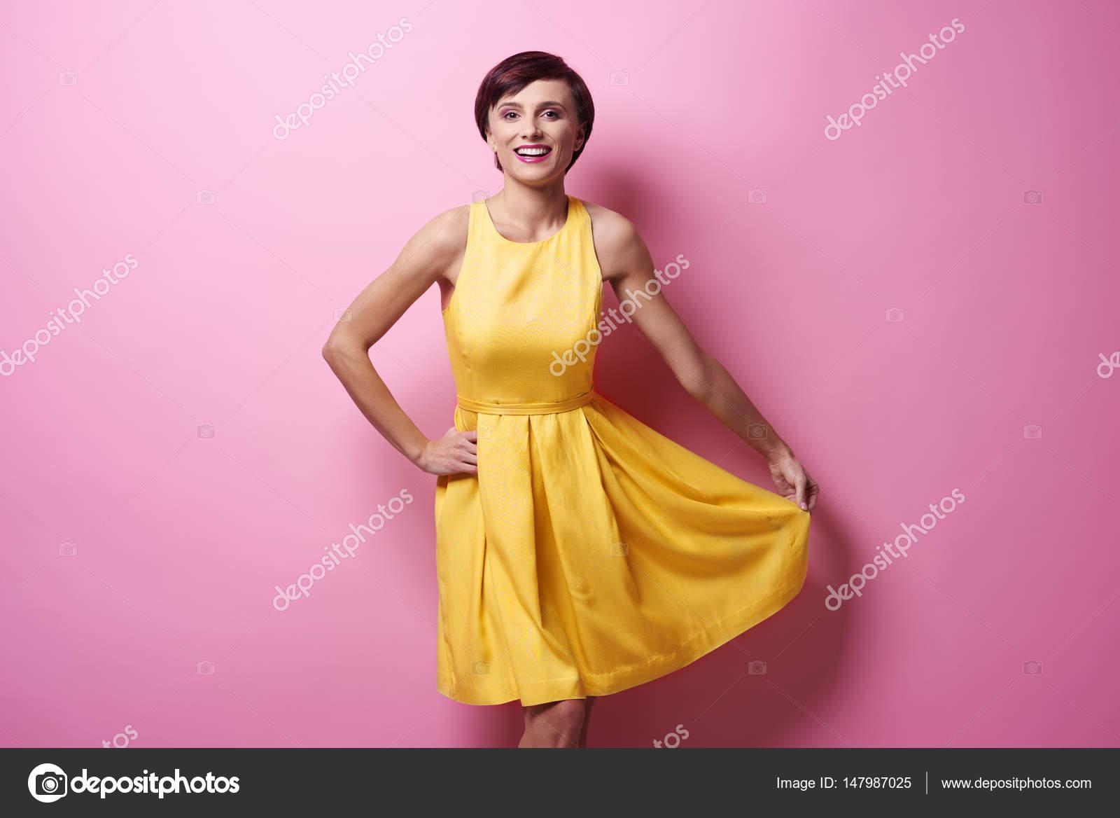 Joven hermosa mujer en vestido amarillo — Fotos de Stock ...