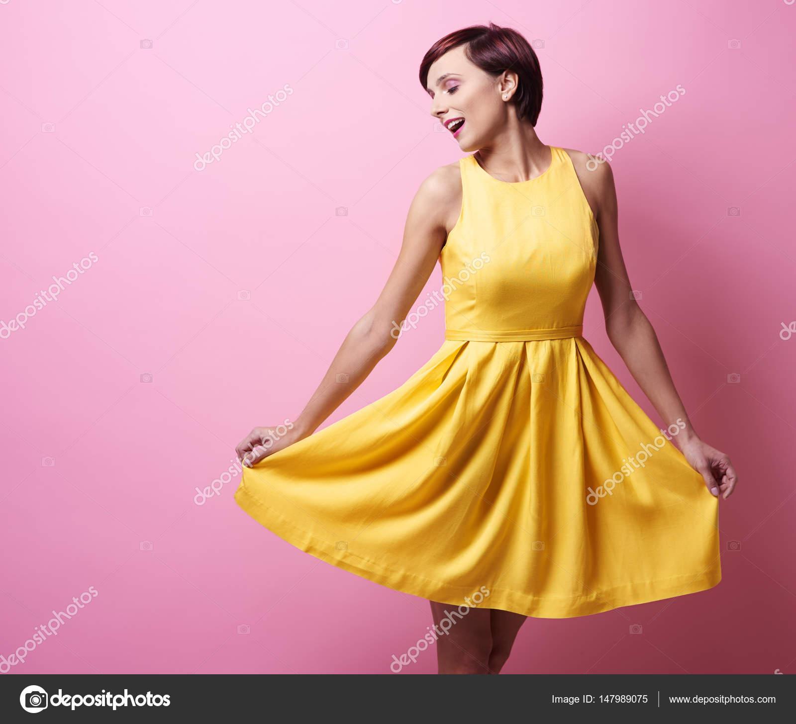 size 40 01669 0bc7d Giovane bella donna in vestito giallo — Foto Stock ...