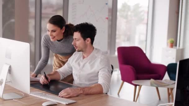 Ženské spolupracovník dávat dokumenty šéfovi