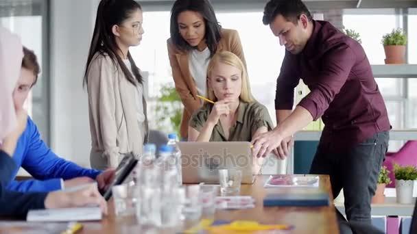 Skupina lidí se snaží najít nejlepší řešení