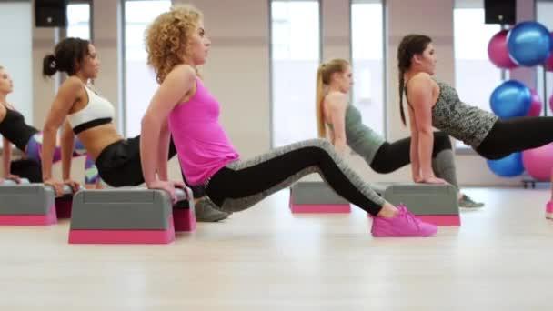Nők dolgoznak ki az edzőteremben