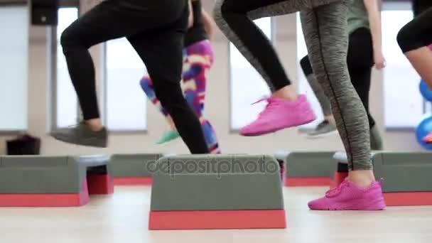 ženy dělají step aerobik