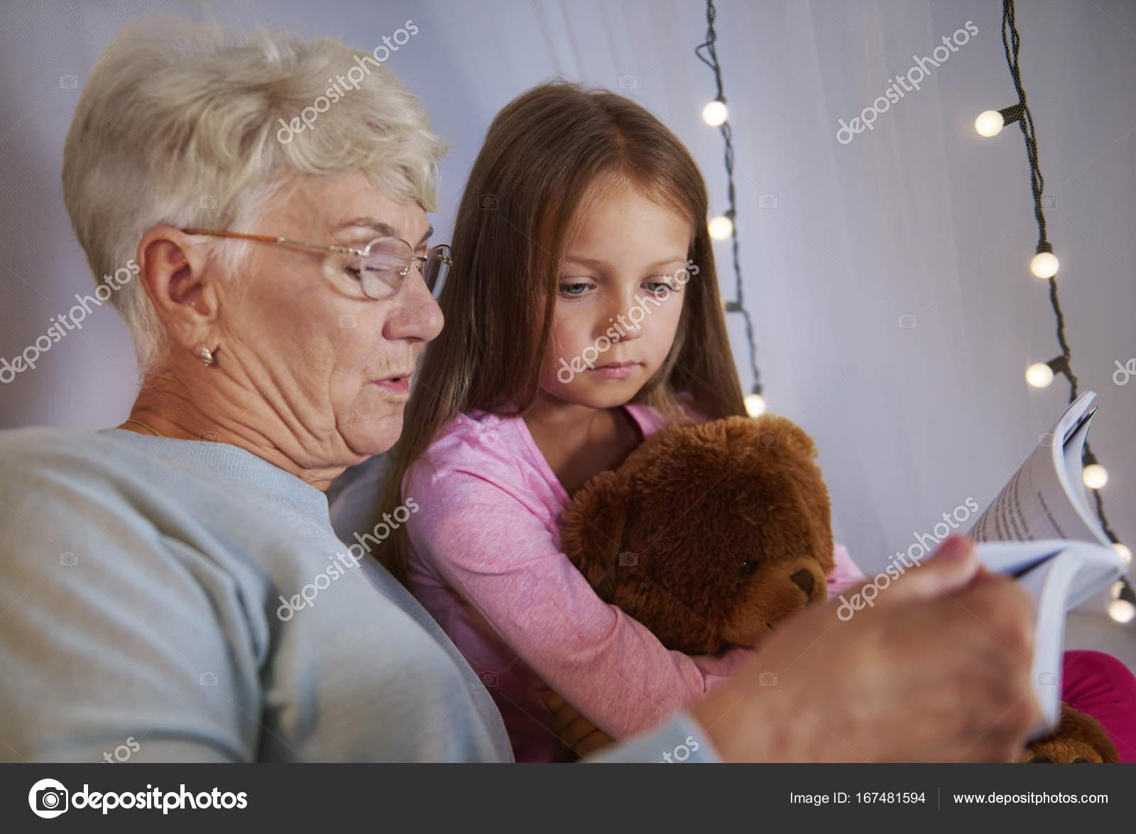 Дед трахнул мастурбирующую внучку и кончил в рот