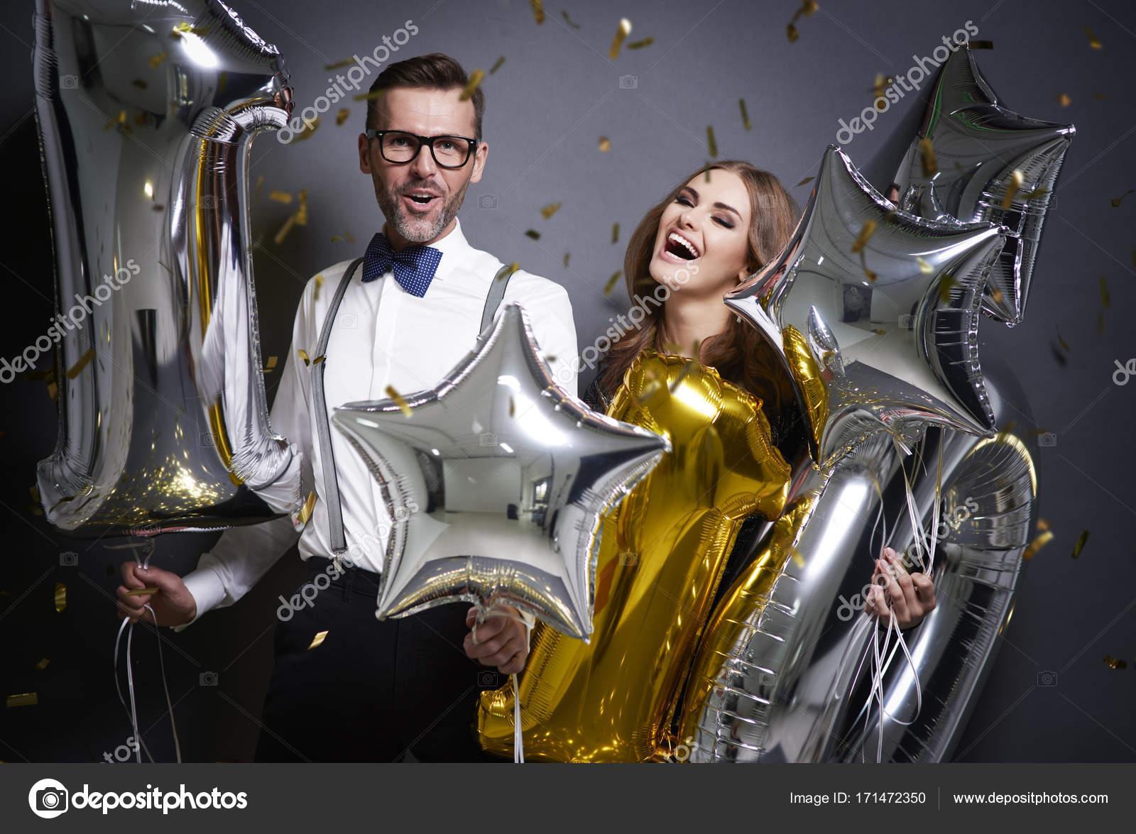Beschwingt Freunde begrüßen neues Jahr — Stockfoto © gpointstudio ...