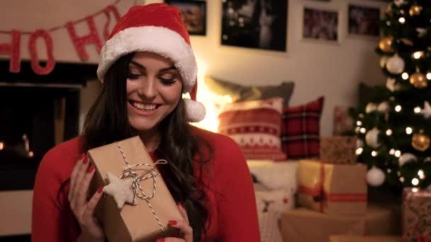 Žena ukazuje kompletní dárková krabička