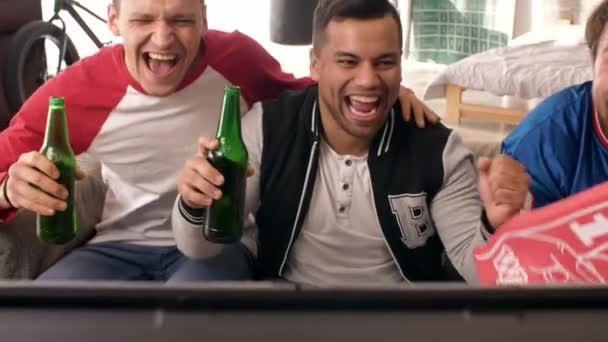 Emocionální scénu mužských fanoušků slaví