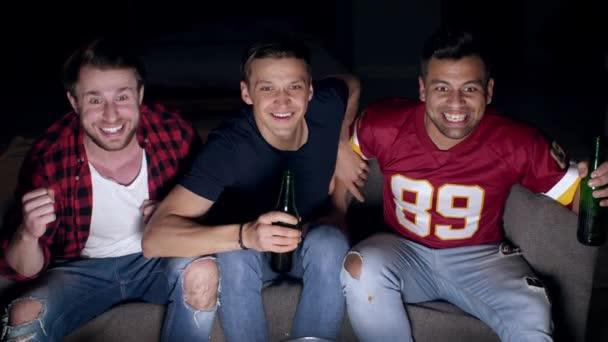 Nadšený, fotbaloví fanoušci slaví mezi konfety pádu
