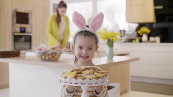 Veselá dívka v kostýmu králičího s cookie