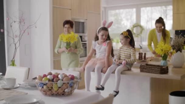 Családi előkészületeket a húsvéti reggeli