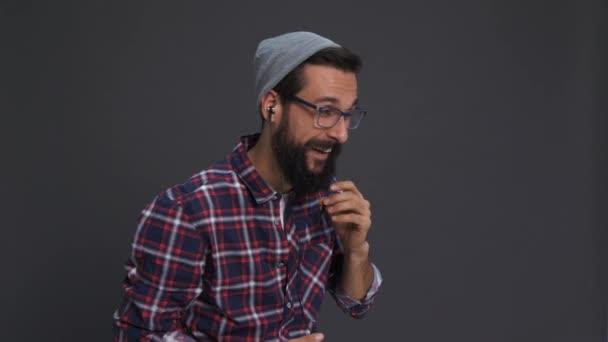 Hipster-Person mit Kopfhörern mit Handy