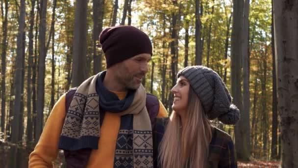 Szerető pár beszél, és séta erdőben