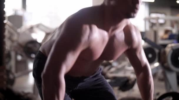 Unavený muž vzpírání v tělocvičně