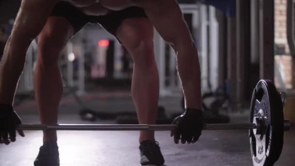 Svalnatý muž vzpírání v tělocvičně