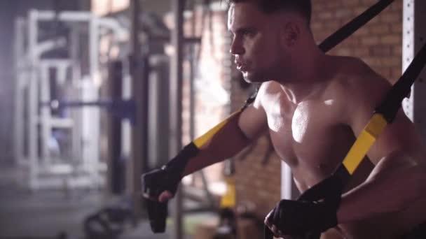 Svalnatý muž, cvičení v tělocvičně