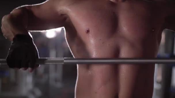 Mužské sportovce vzpírání v tělocvičně