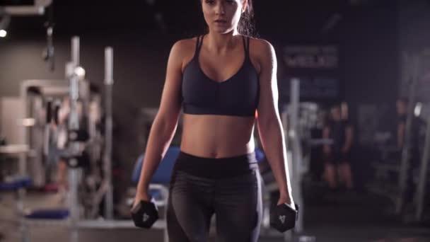 Žena s činka cvičení