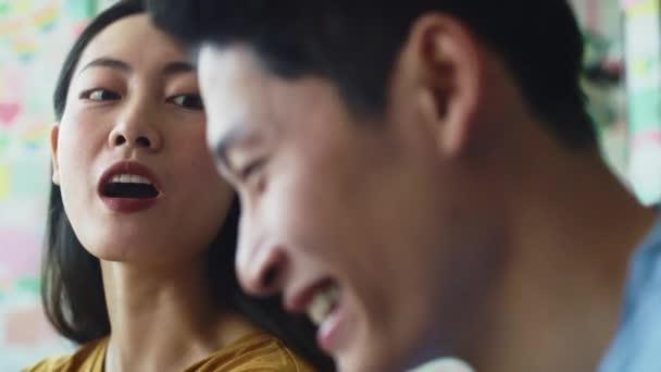 Kézi nézet a fiatal párról, akik jól érzik magukat a kávézóban. Vörös hélium kamerával 8k-ban.