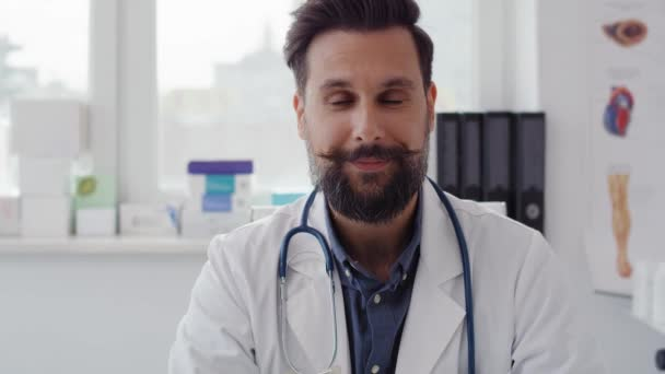 Ruční video s usměvavým doktorem v ordinaci. Snímek s červenou heliovou kamerou v 8k