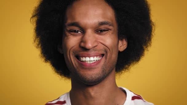 Zblízka portrét velmi šťastného Afričana. Snímek s RED heliovou kamerou v 8K
