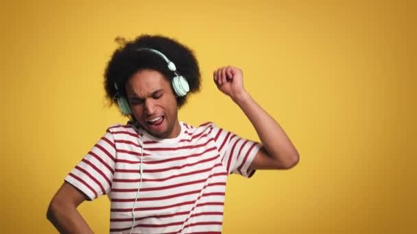 Afričan poslouchá hudbu a tancuje ve studiu. Snímek s RED heliovou kamerou v 8K.