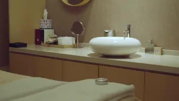 Sötét szoba asztallal, beépített mosogatóval és fali mérőkamrával