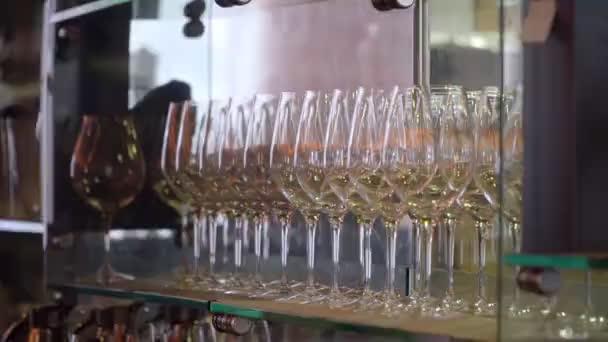 Bar stojan s prázdnou sklenkou na víno s dlouhou nohou stojící za sebou