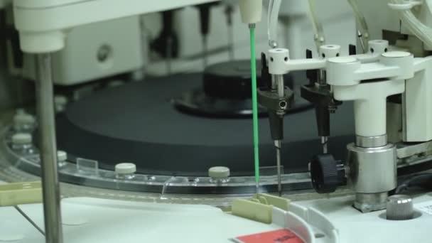 Moderní automatizovaná laboratorní instalace pro testování pacientů ve skleněných baňkách ve velkých objemech
