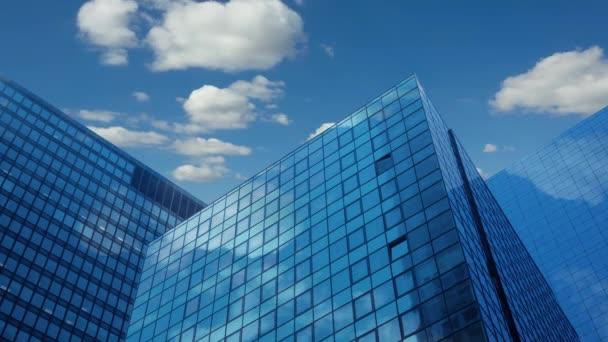 Moderní mrakodrapy a mraky. Time Lapse Uhd