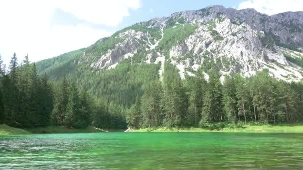 Lesní jezero v horách a stíny z mraků. Časová prodleva