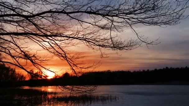 západ slunce na jezeře Les