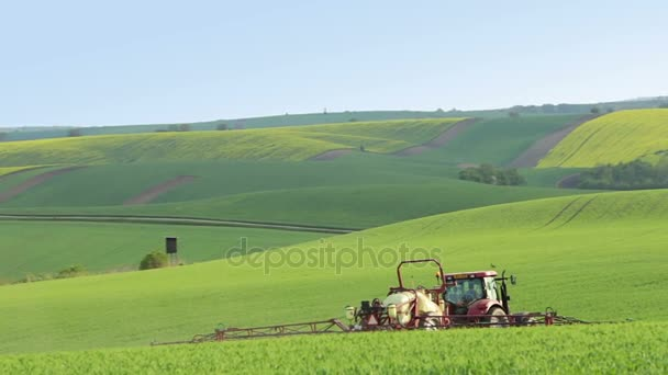 Traktor postřik hnojivo na jaře pole
