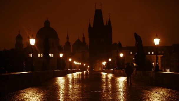 Noční déšť na Karlově mostě. Zpomalený pohyb