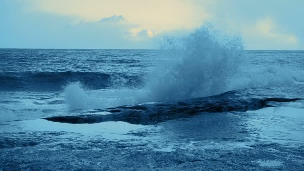 Surf vlna na pobřežních skalách. Zabarvené. Zpomalený pohyb