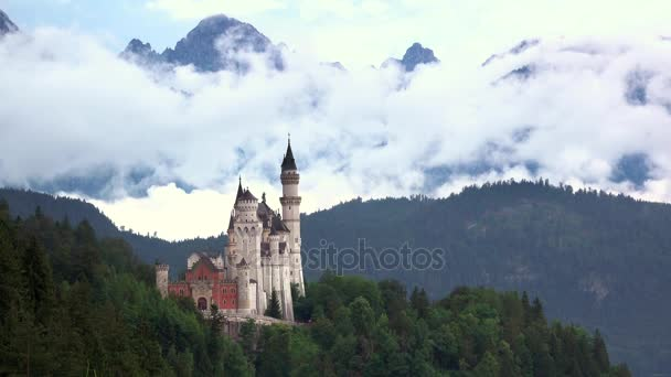 Zámek Neuschwanstein a mraky. Časová prodleva