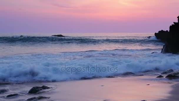Surfovat po západu slunce na pláži